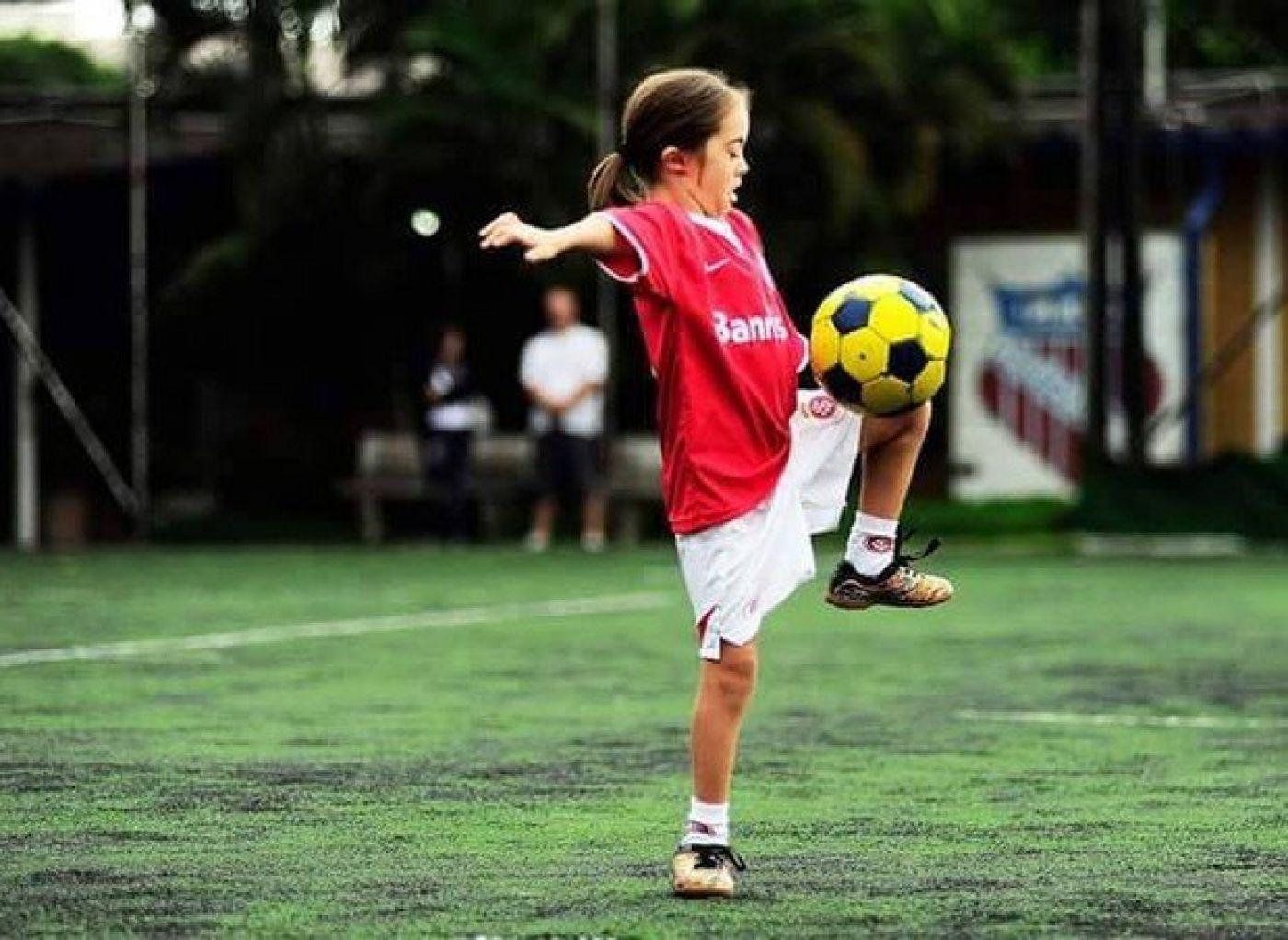 Gabriela adora jogar futebol (Foto: Arquivo pessoal)